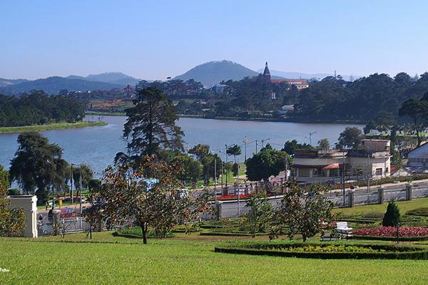 Hồ Xuân Hương thơ mộng